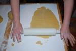 Butterplätzchen-petits sablés au beurre-étaler la pâte avec le rouleau de pâtisserie